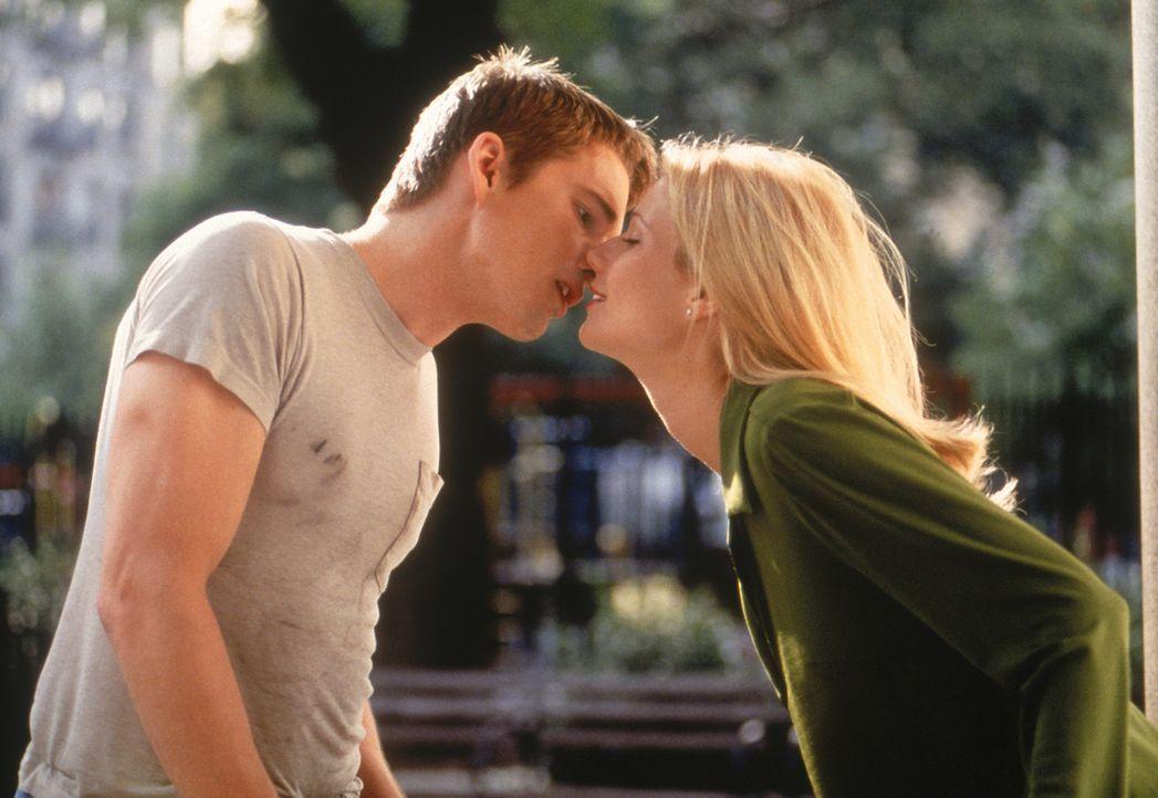 Finnegan Bell (Ethan Hawke, l.) küsst endlich seine große Liebe Estella (Gwyneth Paltrow, r.). Hat ihre Liebe eine Chance? - Bildquelle: 20 Century Fox