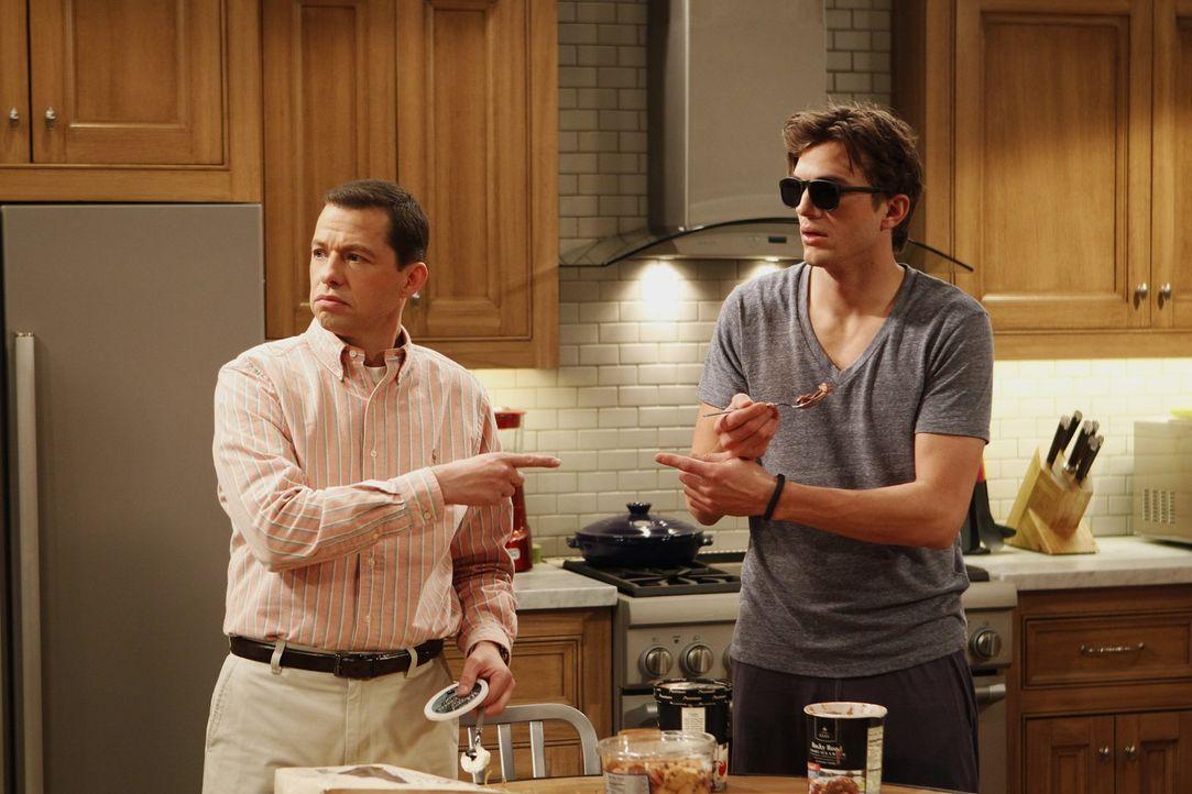 Wahre Männer: Alan (Jon Cryer, l.) und Walden (Ashton Kutcher, r.) ... - Bildquelle: Warner Brothers Entertainment Inc.