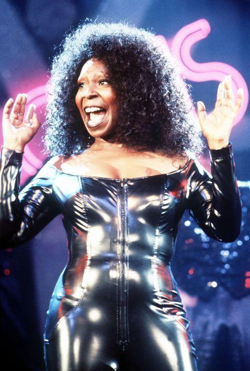 """Auf Bitten ihrer Freundinnen aus dem Kloster wirft sich Las Vegas-Sängerin Deloris Van Cartier (Whoopie Goldberg) erneut in die Soutane, um als """"Sch... - Bildquelle: Buena Vista Pictures"""
