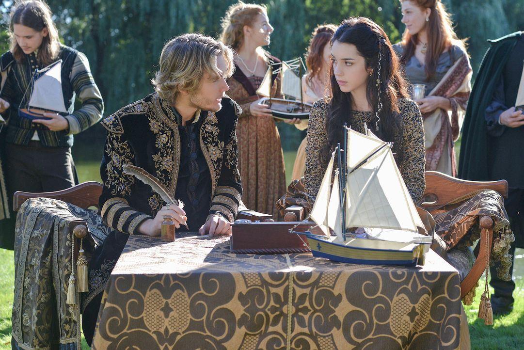 Mary (Adelaide Kane, r.) ist unglücklich, seit Olivia, die frühere Geliebte von Prinz Francis (Toby Regbo, l.) im Schloss angekommen ist. Kann sie i... - Bildquelle: Sven Frenzel 2013 The CW Network, LLC. All rights reserved.