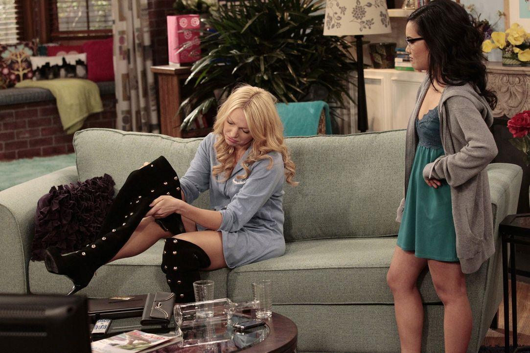 Chelsea (Laura Prepon, l.) ist so begeistert von ihren neuen Stiefeln, dass sie sie überhaupt nicht mehr ausziehen möchte. Doch Olivia (Ali Wong,... - Bildquelle: Warner Bros. Television