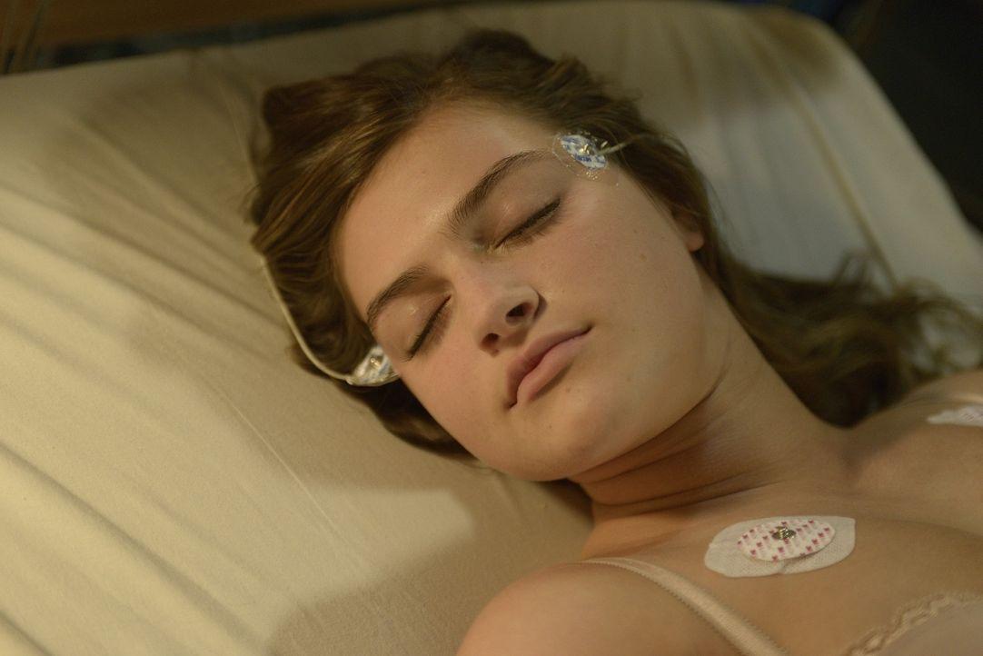 Bei ihrem Versuch, Aidan umzubringen, wird Erin (Lydia Doesburg) schwer verletzt ... - Bildquelle: Phillipe Bosse 2013 B.H. 2 Productions (Muse) Inc. ALL RIGHTS RESERVED.