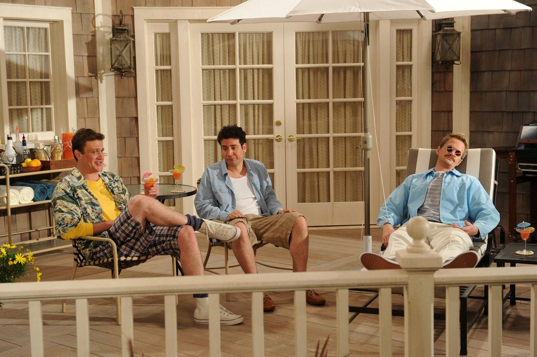 "Barney träumt von einer seiner Methoden aus dem Playbook - ""Weekend at Barney's"": Ted (Josh Radnor, M.), Marshall (Jason Segel, l.) und Barney (Neil... - Bildquelle: 2013 Twentieth Century Fox Film Corporation. All rights reserved."