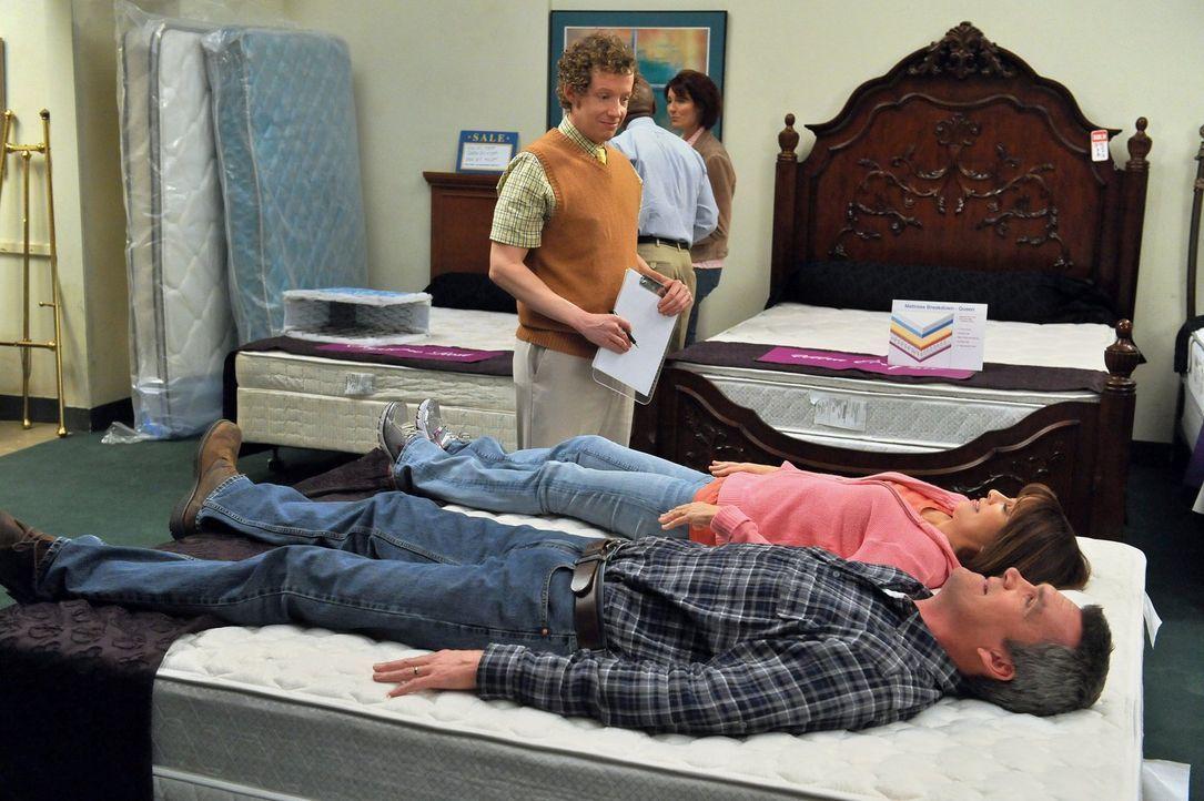 Frankie (Patricia Heaton, in der Mitte liegend) ist begeistert, als Mike (Neil Flynn, vorne liegend) zustimmt, mit ihr ein neues Bett zu kaufen. Dab... - Bildquelle: Warner Brothers