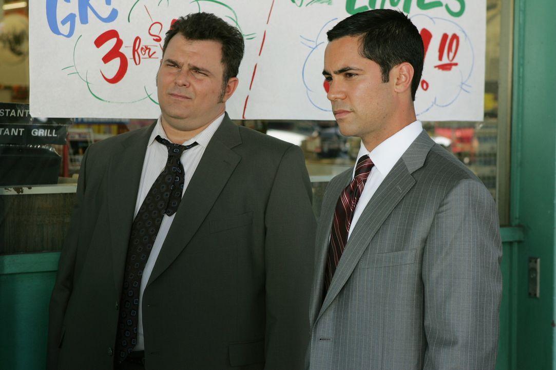 Auf Spurensuche: Det. Nick Vera (Jeremy Ratchford, l.) und sein Kollege Det. Scott Valens (Danny Pino, r.) - Bildquelle: Warner Bros. Television
