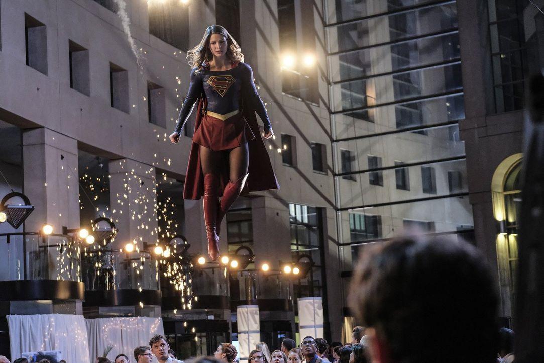 Supergirls (Melissa Benoist) neueste Mission verlangt ihr einiges ab - denn der Kampf gegen ihre Gegner, die über tödliche Alien-Waffen verfügen, en... - Bildquelle: 2016 Warner Bros. Entertainment, Inc.