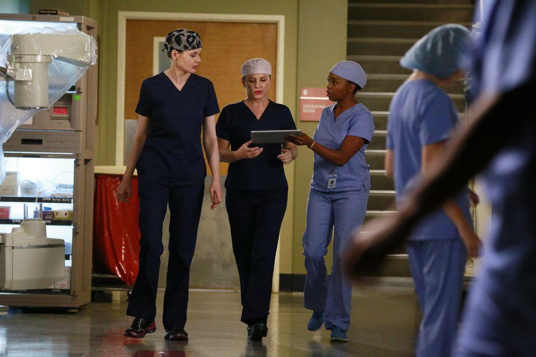 Stephanie (Jerrika Hinton, r.) und Arizona (Jessica Capshaw, M.) holen bezüglich Aprils Ultraschalls die Meinung von Dr. Herman (Geena Davis, l.) ei... - Bildquelle: ABC Studios
