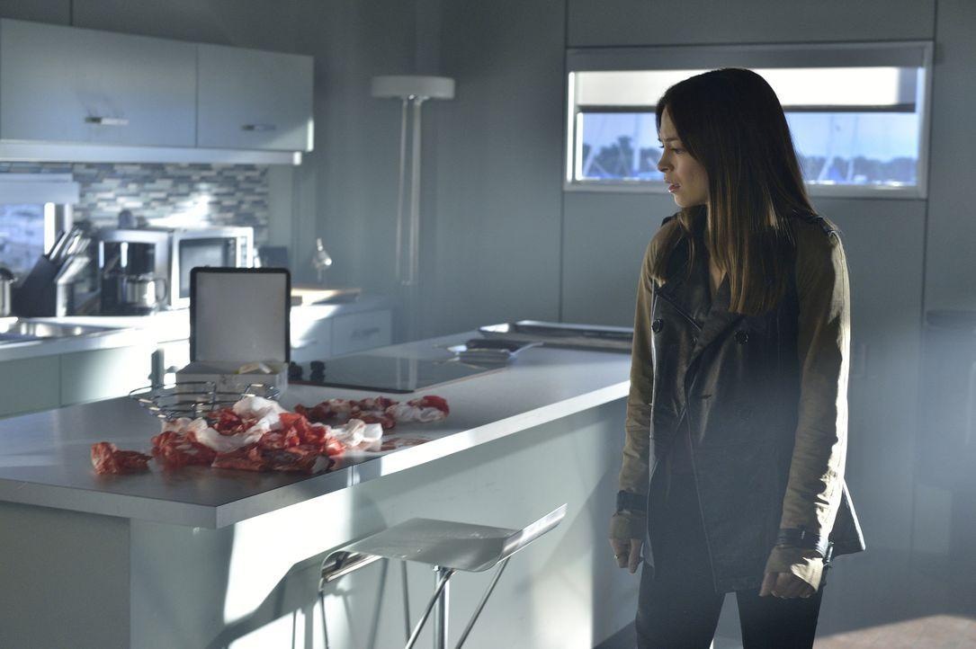 Nach alldem, was geschehen ist, wird Cat (Kristin Kreuk) von Special Agent Hendricks wegen der Verhaftung ihres Vaters befragt ... - Bildquelle: 2013 The CW Network, LLC. All rights reserved.
