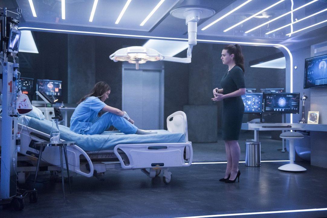 Lena (Katie McGrath, r.) greift zu einer fragwürdigen Methode, um Sams (Odette Annable, l.) Verwandlung endlich zu verstehen ... - Bildquelle: 2017 Warner Bros.