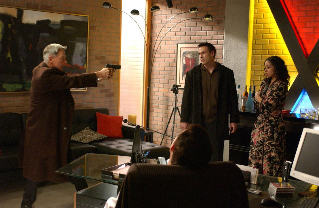 Da sich Gibbs (Mark Harom, l.) sicher ist, dass Blue McGinty (Mark Griffen, M.) und Samantha King (Mya, r.) die Mörder von Manda sind, kommt es in... - Bildquelle: CBS Television