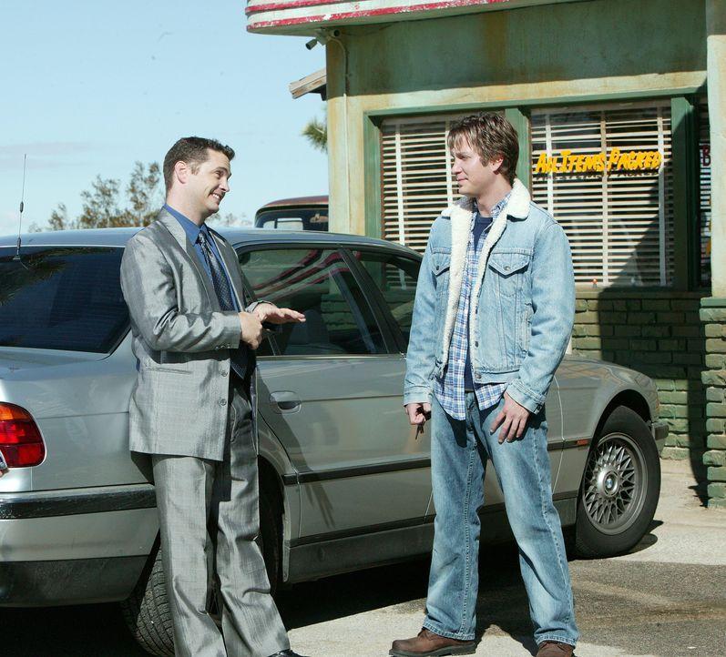 Unterwegs nach L.A. nimmt der Musiker Harlan (Randy Spelling, r.) den Anhalter Jude (Jason Priestley, l.) mit, der dummerweise gestohlene Juwelen im... - Bildquelle: Paramount Pictures