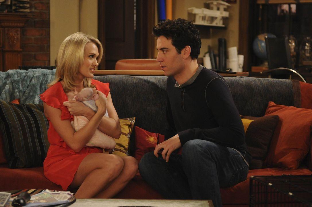 Ted (Josh Radnor, l.) hängt bei Tiffany (Carrie Underwood, r.) am Haken. Er fährt total auf sie ab und würde alles für sie tun. Doch wie steht e... - Bildquelle: 20th Century Fox International Television