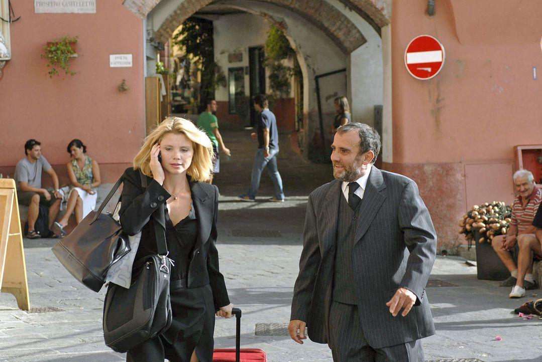 In Italien angekommen, lässt sich die geschäftige Lissy (Annette Frier, l.) von Pirelli (Albert Kitzl, r.) zur Gelateria führen. - Bildquelle: Hardy Brackmann Sat.1