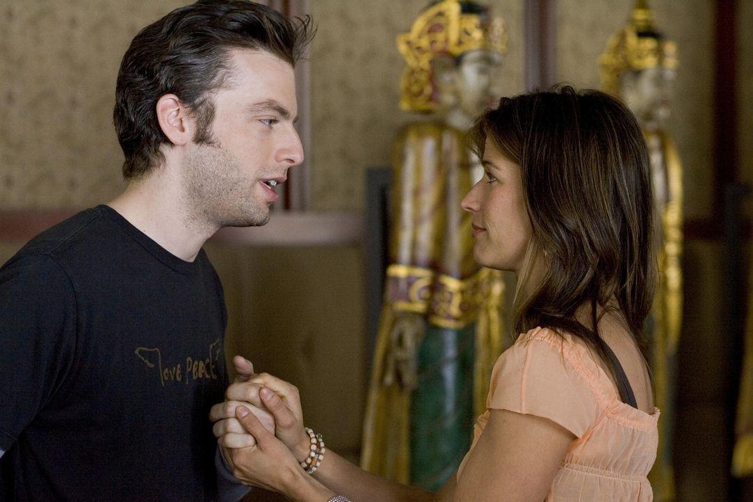 Andy (Justin Kirk, l.) versucht alles, damit er seine Betreuerin Sharon (Brooke Langton, r.) ins Bett bekommt ... - Bildquelle: Lions Gate Television