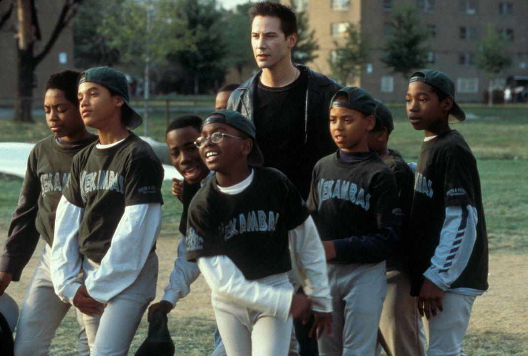Als Conor (Keanu Reeves, M.) dringend Geld verdienen muss, nimmt er das Angebot seines Freundes Jimmy an, ein Schüler-Baseballteam aus sozial schwac... - Bildquelle: Paramount Pictures