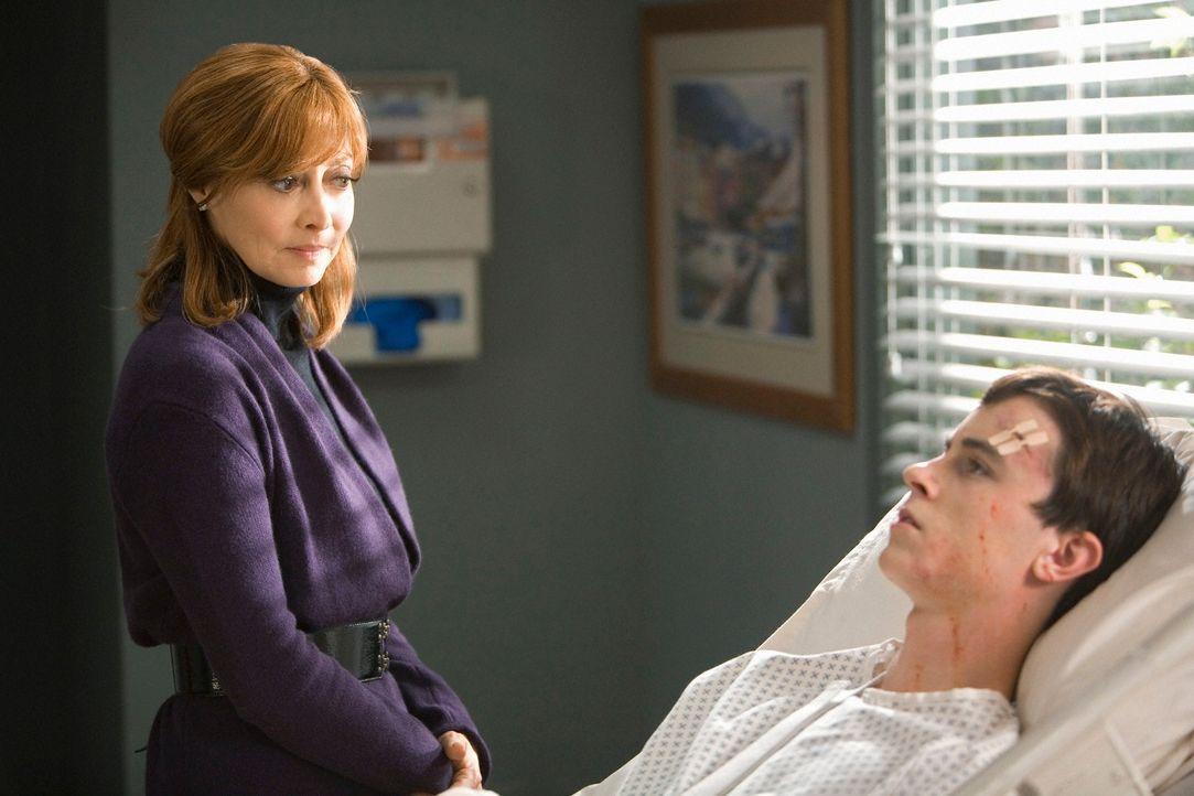 Elena Bancroft (Sharon Lawrence, l.) ahnt nichts von dem Geheimnis das ihr Sohn Devin (Ryan Kelley, r.) seit Jahren hütet ... - Bildquelle: ABC Studios