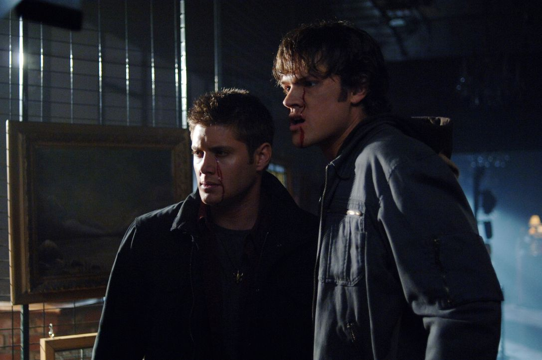 Urplötzlich stirbt ein Mann, während er sich im Spiegel betrachtet. Sam (Jared Padalecki, r.) und Dean (Jensen Ackles, l.) glauben nicht an einen na... - Bildquelle: Warner Bros. Television