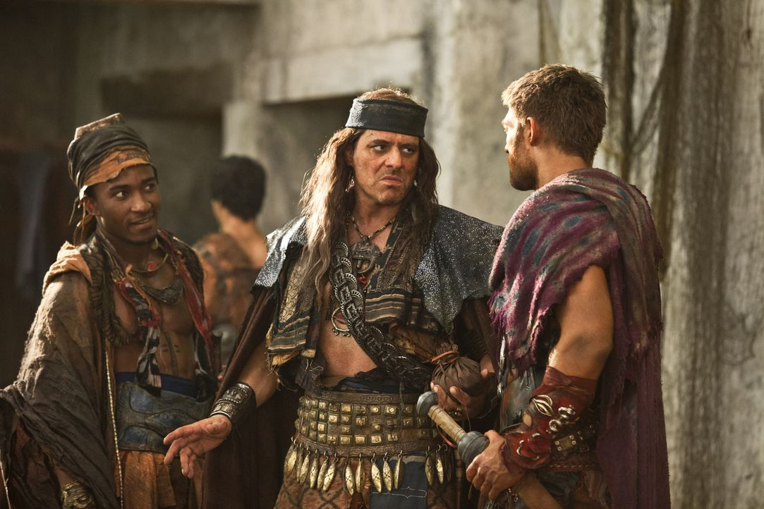 Hintergeht eiskalt Spartacus (Liam McIntyre, r.) und muss blutig dafür bezahlen: Pirat Heracleo (Vince Colosimo, M.) ... - Bildquelle: 2012 Starz Entertainment, LLC. All rights reserved.