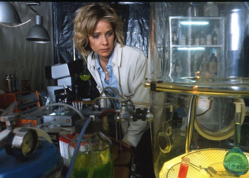 Wie nahe ist sie dem Todesvirus? Sonja (Ann-Kathrin Kramer) entdeckt das Geheimlabor ihres verstorbenen Mannes. - Bildquelle: Diane Krüger Sat.1