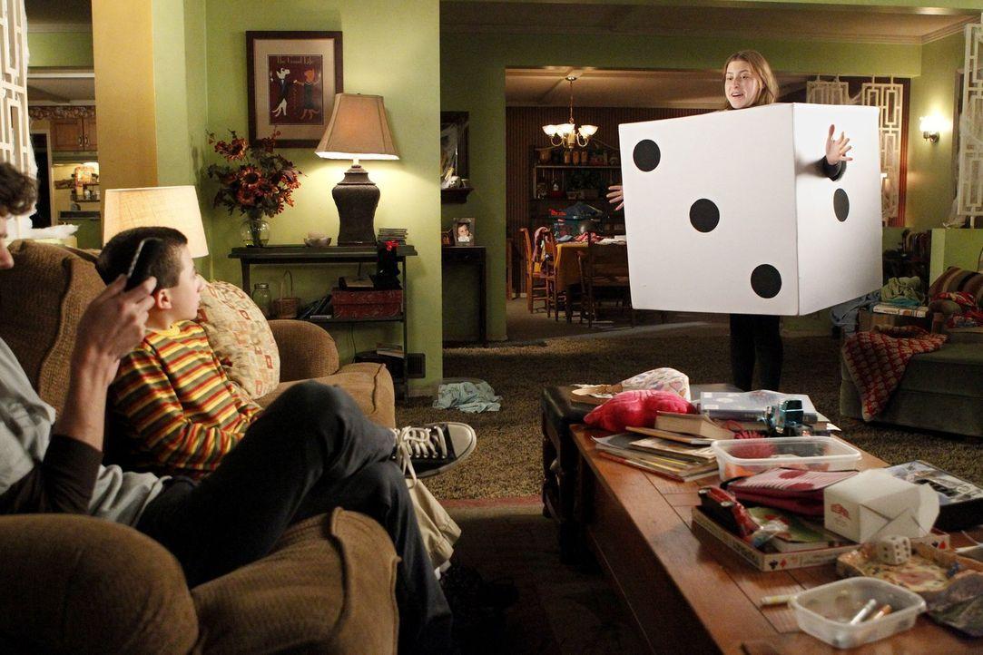 Als Sues (Eden Sher, r.) Halloweenkostüm weder bei Axl (Charlie McDermott, l.) und Brick (Atticus Shaffer) gut ankommt, noch bei den Jungs auf der P... - Bildquelle: Warner Brothers
