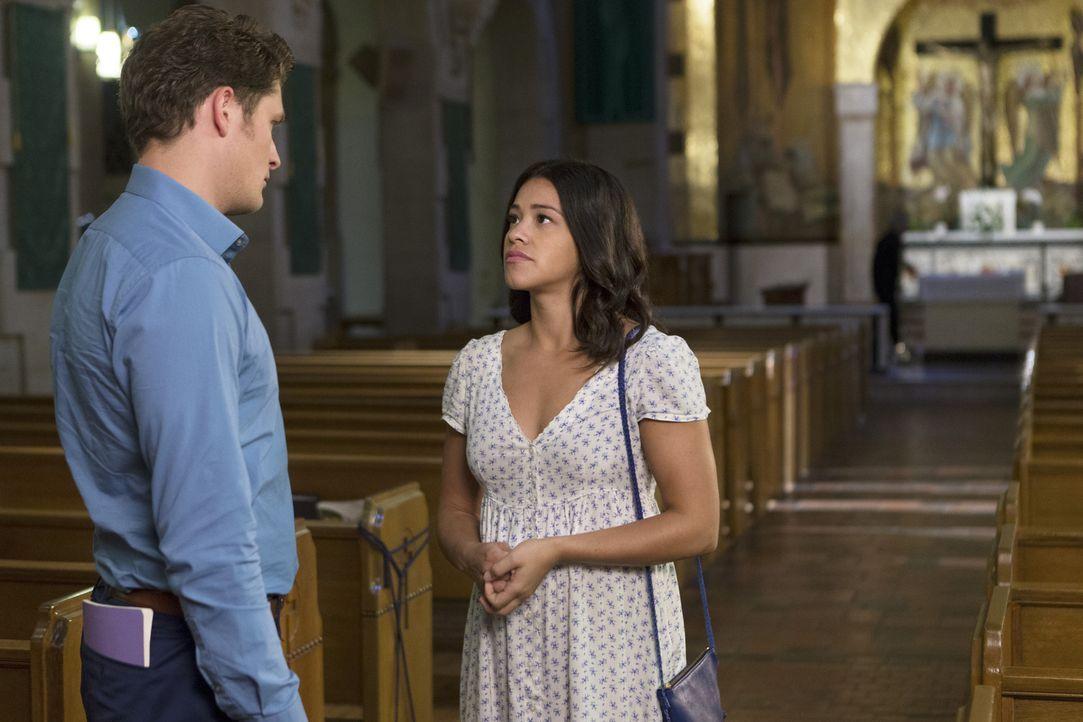 Michael (Brett Dier, l.) nimmt einen Rat über den Umgang mit Jane (Gina Rodriguez, r.) von Rogelio an - doch die Umsetzung ist leichter gesagt als g... - Bildquelle: Scott Everett White 2015 The CW Network, LLC. All rights reserved.