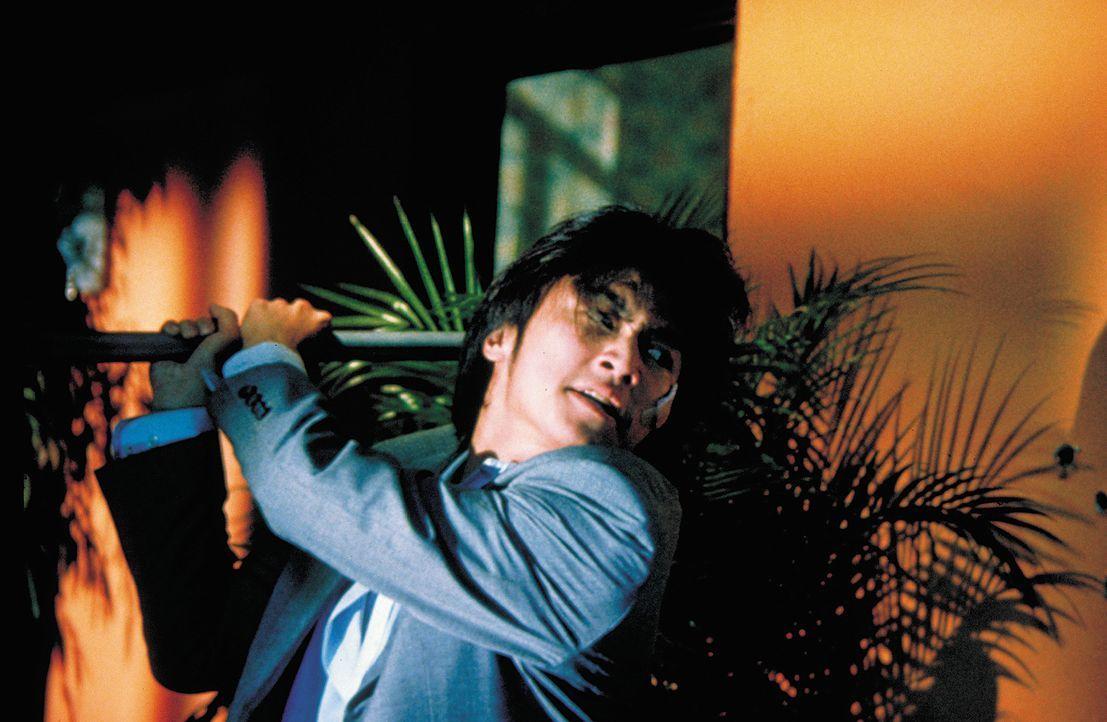 Äußerst knapp gelingt es Jack (Wu Bai), die mörderische Attacke auf seinen Schwiegervaters zu vereiteln. Doch dessen Gegner planen schon den nächste... - Bildquelle: 2003 Sony Pictures Television International. All Rights Reserved.