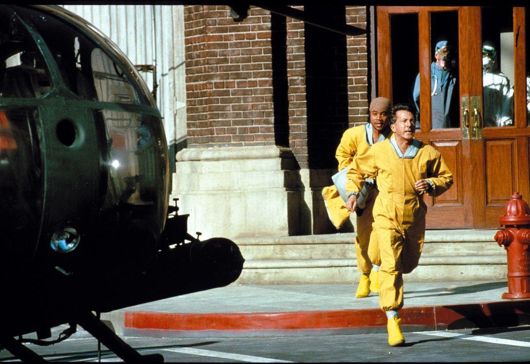 Sam Daniels (Dustin Hoffman) ist einer der besten Militärärzte des Landes und wird zu einem Einsatz nach Zaire gerufen, um ein dort ausgebrochenes V... - Bildquelle: Warner Brothers International Television Distribution Inc.