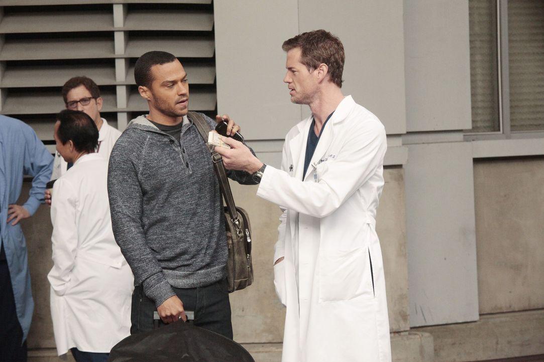 Während sich Jackson (Jesse Williams, l.) und die anderen Assistenzärzte auf dem Weg nach San Francisco zu ihren mündlichen Prüfungen machen, ve... - Bildquelle: Touchstone Television