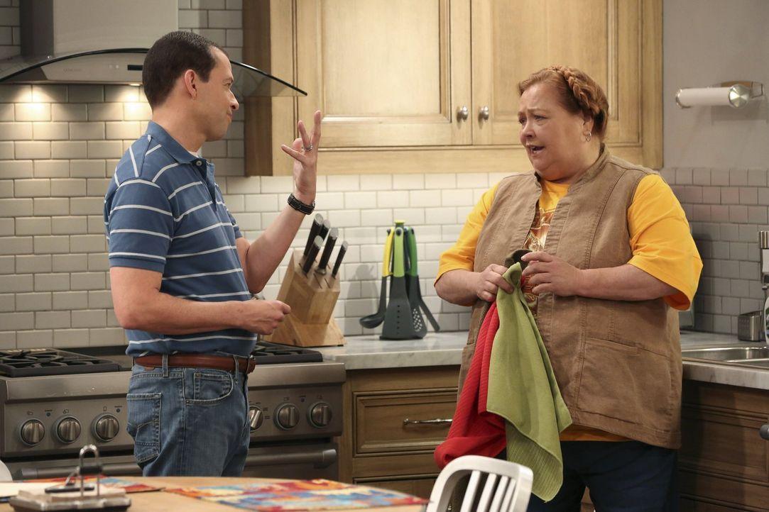 Wie wird Berta (Conchata Ferrell, r.) reagieren, wenn sie erfährt, dass Alan (Jon Cryer, l.) und Walden wirklich heiraten wollen? - Bildquelle: Warner Brothers Entertainment Inc.