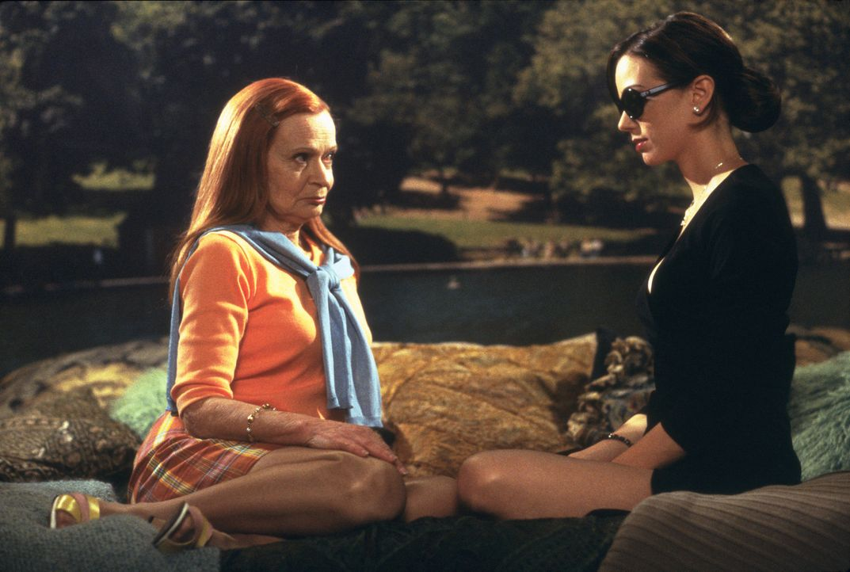 Sadie Agatha Johnson (Beverly Polcyn, l.) ermittelt verdeckt bei der durchtriebenen Catherine (Mia Kirshner, r.) ... - Bildquelle: 2003 Sony Pictures Television International. All Rights Reserved.
