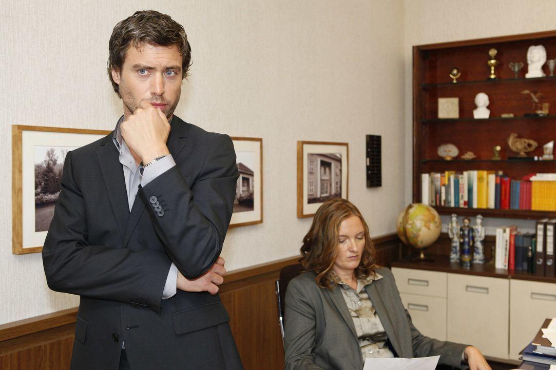 Haben sie was gegen Bea in der Hand? Julian (Sebastian Hölz, l.) und Gabriele (Marie Schneider, r.) ... - Bildquelle: David Saretzki SAT.1