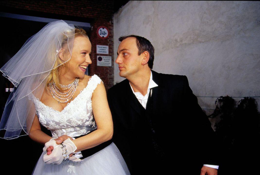 Vor vier Jahren waren Jule (Floriane Daniel, l.) und Max (Heinrich Schmieder, r.) so leidenschaftlich ineinander verliebt, dass sie beinahe ihre eig... - Bildquelle: Oliver Ziebe Sat.1