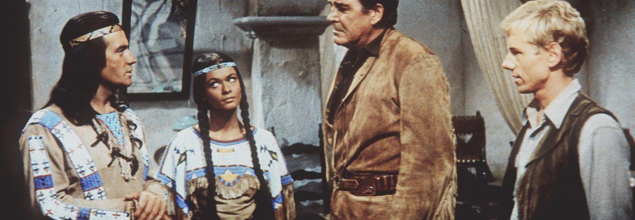 Winnetou (Pierre Brice, l.), Nscho-tschi (Marie Versini, 2.v.l.) und Old Firehand (Rod Cameron, 2.v.r.) besprechen, wie sie den Banditen Silers endl... - Bildquelle: Columbia Pictures