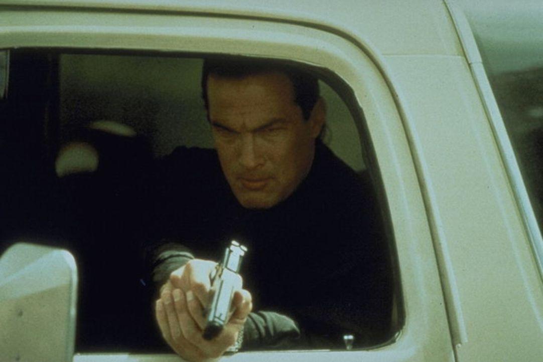Dem scharfen Blick von Drogenfahnder Hatcher (Steven Seagal) entkommt niemand ... - Bildquelle: 1990 Twentieth Century Fox Film Corporation.