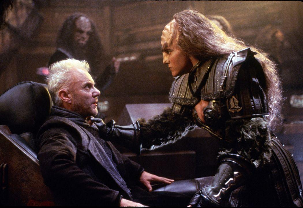 Dr. Tolian Soran (Malcolm McDowell, l.) will ewig leben und schließt sich für seinen Traum sogar mit der Klingonin B'Etor (Gwynyth Wals, r.) zusamme... - Bildquelle: Paramount Pictures
