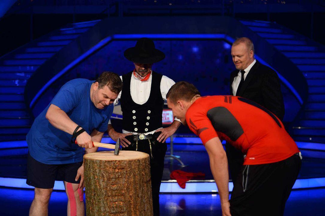 Wer nagelt besser? Lukas Podolski (2.v.r.) oder Elton (l.)? Stefan Raab (r.) ist gespannt ... - Bildquelle: Willi Weber ProSieben