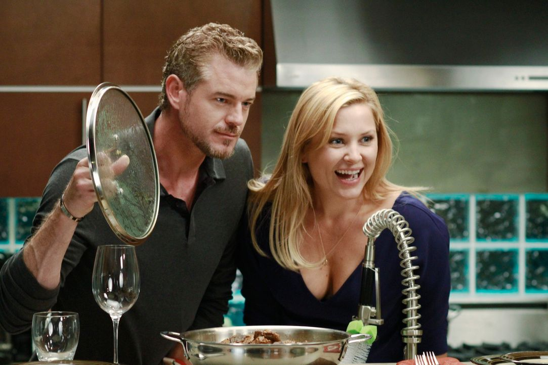 Während Alex und Teddy nach alternativen Möglichkeiten suchen, einen sehr oberflächlichen Patienten zu operieren, kochen Arizona (Jessica Capshaw, r... - Bildquelle: ABC Studios