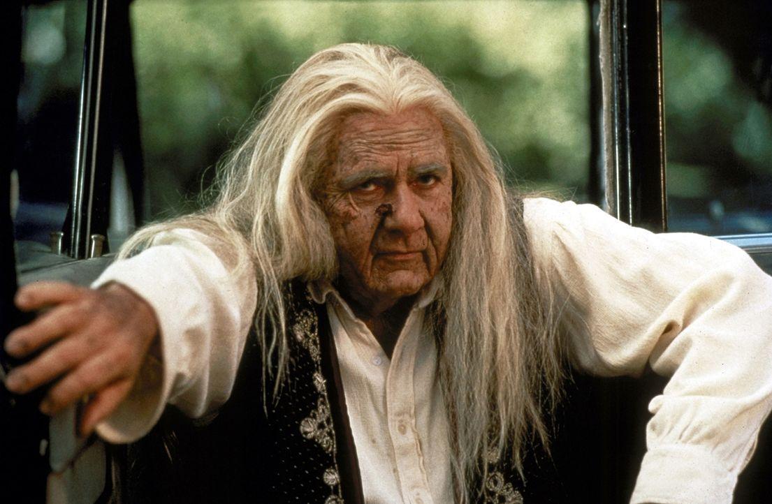 Der Anführer des Zigeuner-Clans (Michael Constantine) belegt Billy mit einem grausigen Fluch, der fatale Folgen hat: Billy stellt bald entsetzt fest... - Bildquelle: Paramount Pictures