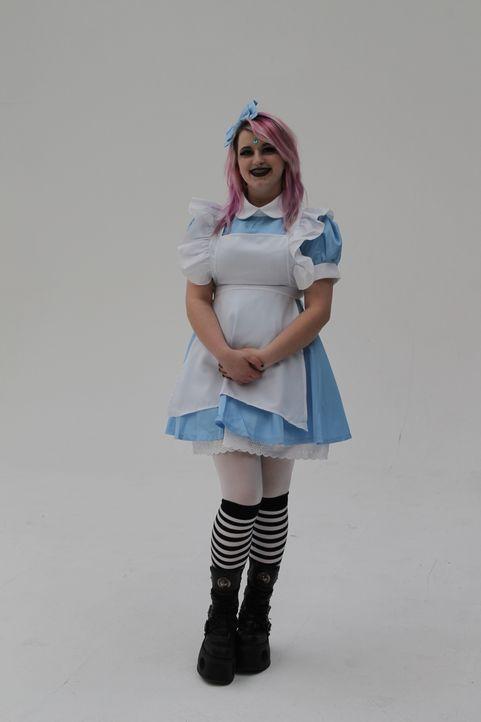 Cosplay-Fan Phoebe liebt ihren Alice im Wunderland-Look, doch sie möchte dennoch als erwachsene Frau ernst genommen werden. Kann ihr das Styling-Tea... - Bildquelle: Licensed by Fremantle Media Enterprises Ltd.