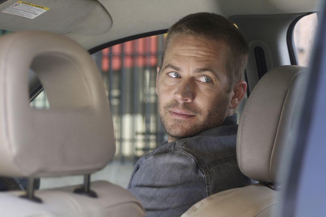 Als Michael (Paul Walker) am Flughafen von Johannesburg seinen Mietwagen in Empfang nimmt, stellt er fest: Er ist nicht alleine im Auto. - Bildquelle: Studiocanal GmbH