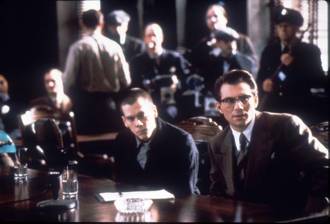 James Stamphill (Christian Slater, r.) kämpft verzweifelt für seinen Mandanten Henri Young (Kevin Bacon, l.). Bald steht nicht mehr Henri unter Ankl... - Bildquelle: Warner Bros.