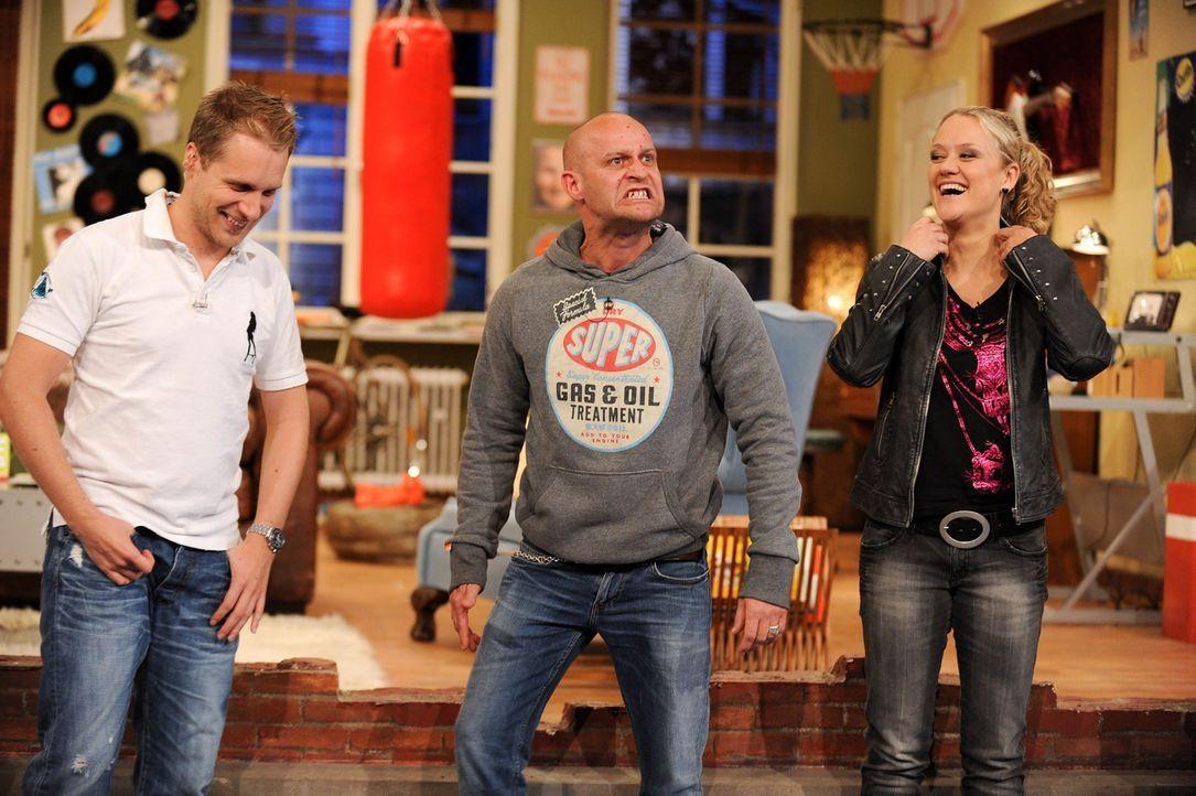 Jürgen (M.) wird von roten Pusteln heimgesucht und er fühlt sich sehr krank. Oliver (l.) und Lisa (r.) stehen ihm in dieser Zeit, so gut sie können... - Bildquelle: Willi Weber SAT.1