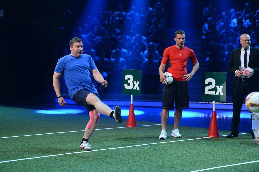 Lukas Podolski (M.) und Stefan Raab (r.) sind total gespannt - ob Elton (l.) das Fußballspiel für sich entscheiden wird ... - Bildquelle: Willi Weber ProSieben