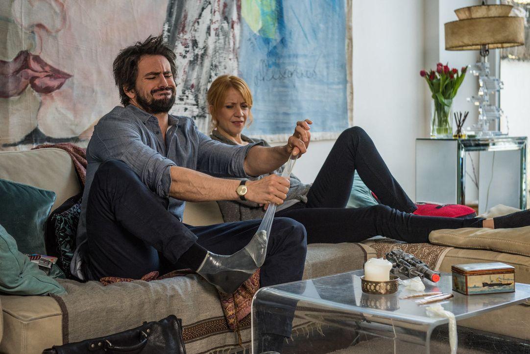 Kondome können Leben retten: Einstein (Tom Beck, l.) und Elena (Annika Ernst, r.) ... - Bildquelle: Wolfgang Ennenbach SAT.1