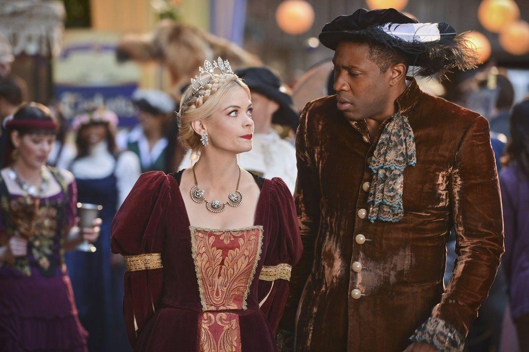 Lavon (Cress Williams, r.) organisiert ein Renaissance-Fest, aber keiner möchte dafür Karten kaufen. Doch Lemon (Jaime King, l.) hilft ihm, eher unf... - Bildquelle: Warner Brothers