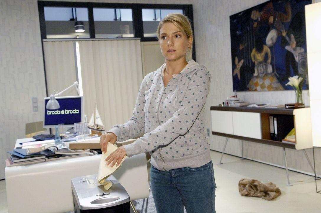 Irrtümlicherweise schreddert Anna (Jeanette Biedermann) die Originale - und nicht die Fälschungen der Marktforschungs-Unterlagen. - Bildquelle: Claudius Pflug Sat.1