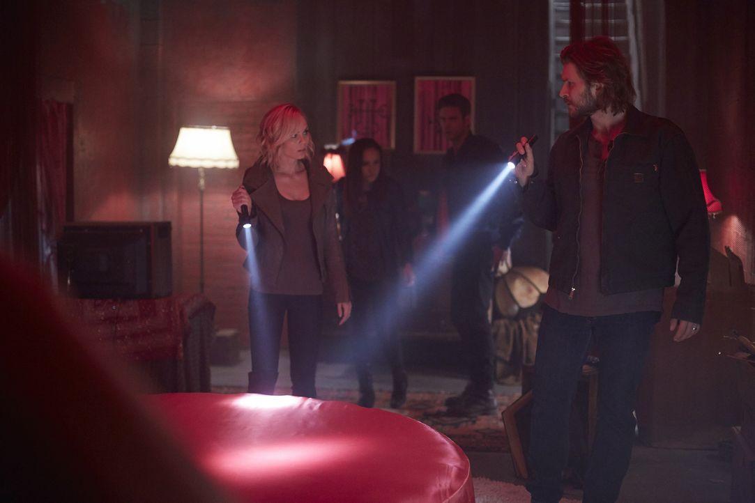 Elena (Laura Vandervoort, l.), Paige (Tommie-Amber Pirie, 2.v.l.), Nick (Steve Lund, 2.v.r.) und Clay (Greyston Holt, r.) machen sich auf die Suche... - Bildquelle: 2015 She-Wolf Season 2 Productions Inc.