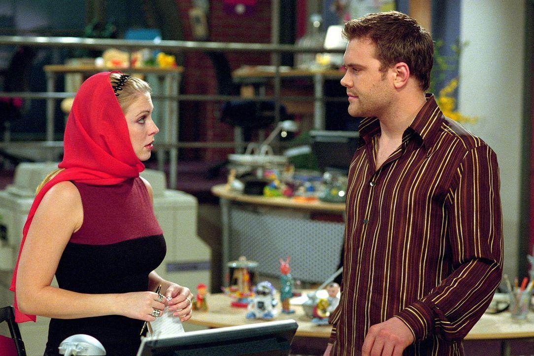 Als sie den Rockstar Daniel Bedingfield (Daniel Bedingfield, r.) interviewt, muss Sabrina (Melissa Joan Hart, l.) zu einer List greifen ... - Bildquelle: Paramount Pictures