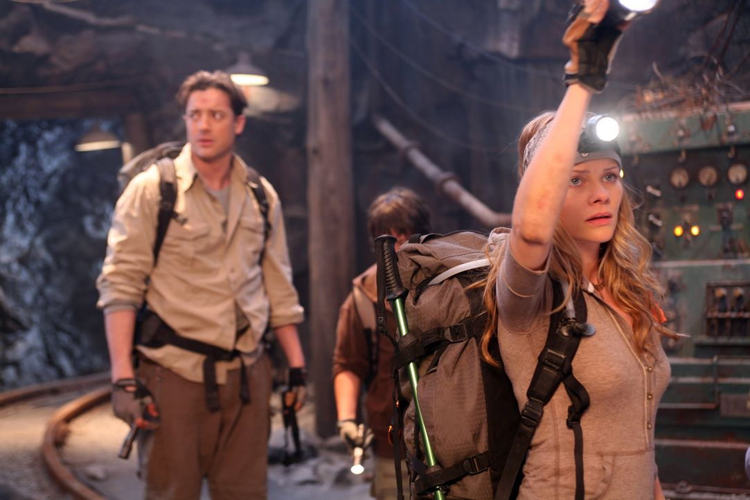 Die Gruppe erkennt bei der Erkundung der Höhle, dass sie in mitten einer verlassenen Mine gelandet sind: Trevor (Brendan Fraser, l.), Sean (Josh Hut... - Bildquelle: 2007 New Line Productions, Inc. and Walden Media, LLC.