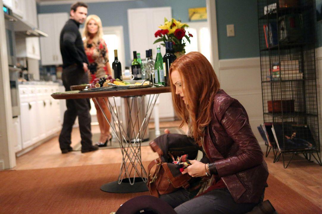 Das plötzliche Auftauchen von Alex (Malin Akerman, vorne) ist für Dallas (Cheryl Hines, hinten r.) und George (Jeremy Sisto, hinten l.) eine große Ü... - Bildquelle: Warner Brothers